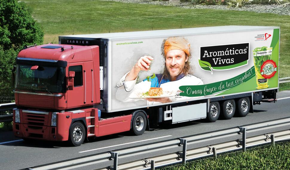 Camião com publicidade das Aromáticas Vivas e Chakal