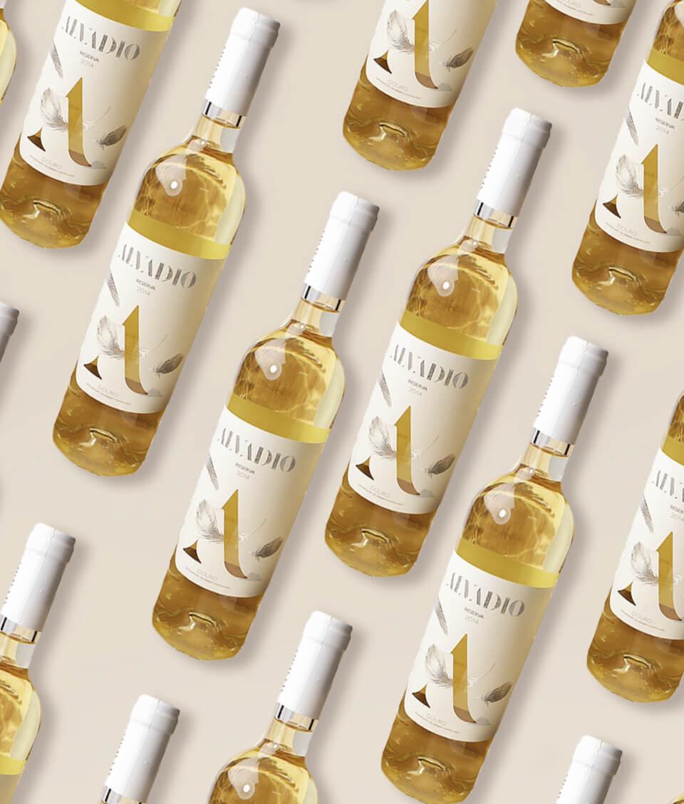 Exposição de várias garrafas de vinho Alvadio Doroteia