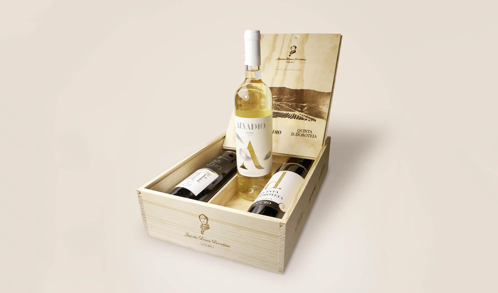 Caixa de madeira com três garrafas de vinho Quinta Dona Doroteia