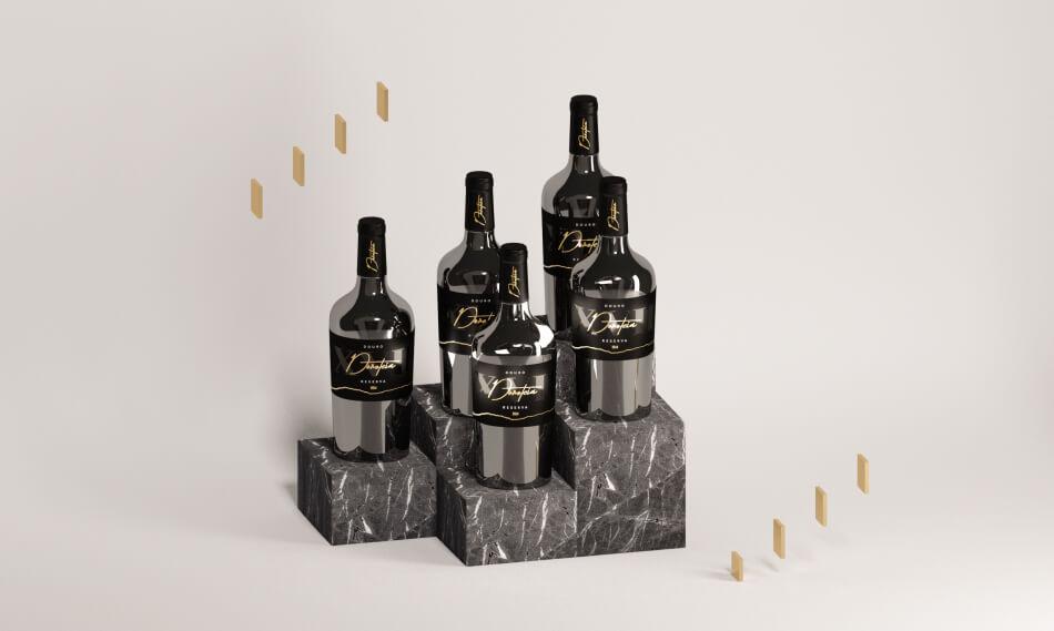 Exposição de várias garrafas de vinho Doroteia
