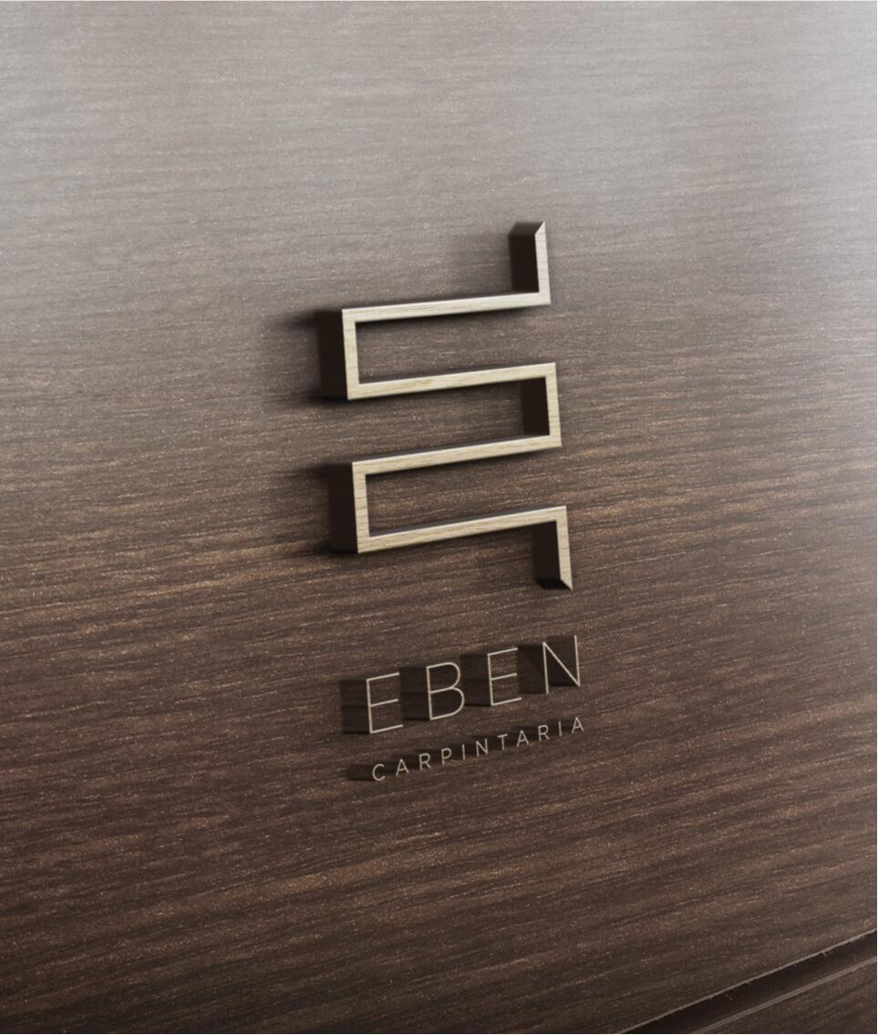 Pormenor do logótipo da EBEN em madeira