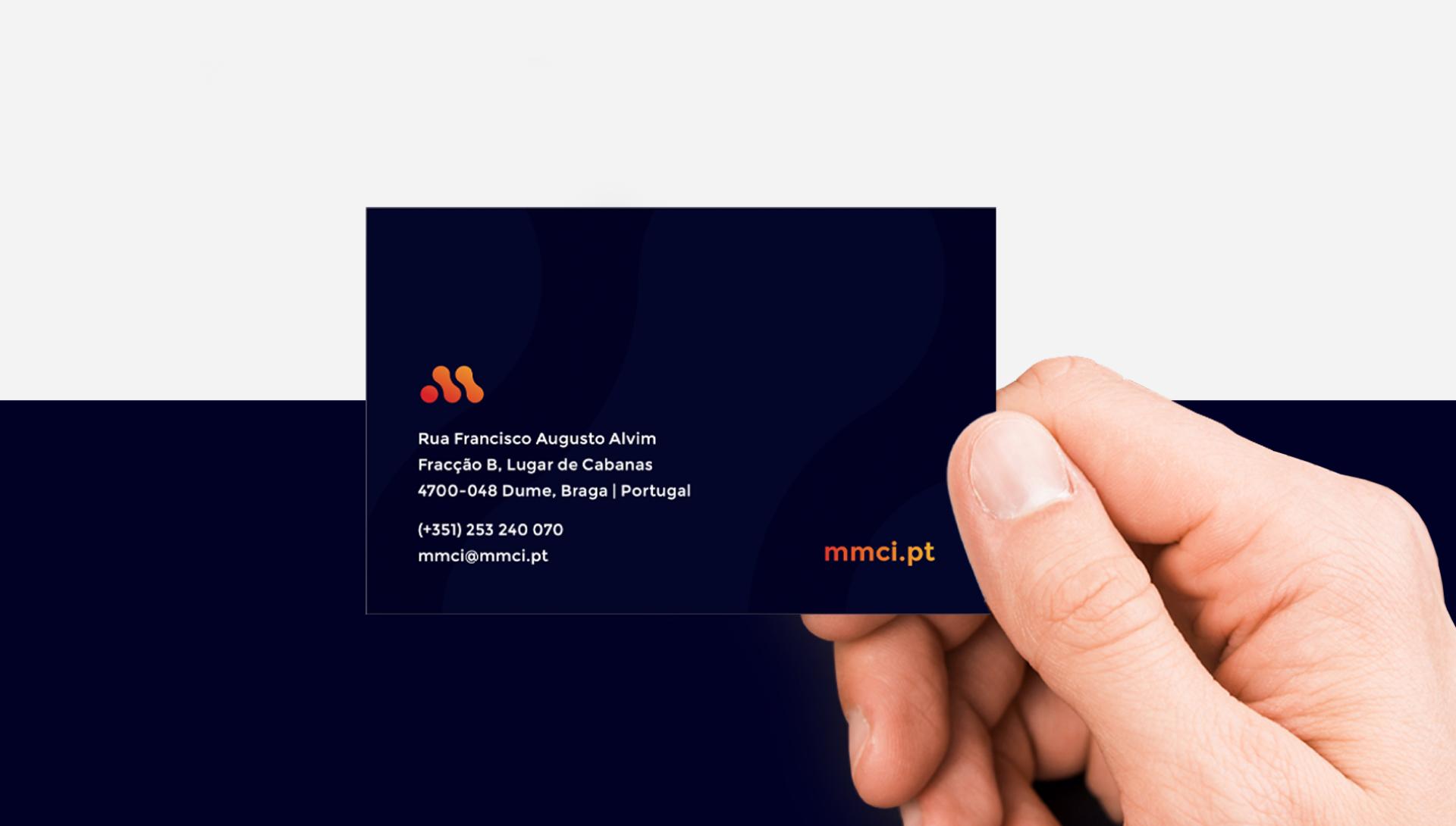 Cartão de visita MMCI em mão